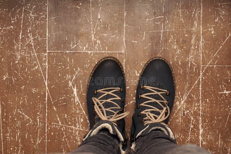 Scarpe sul pavimento immagini stock