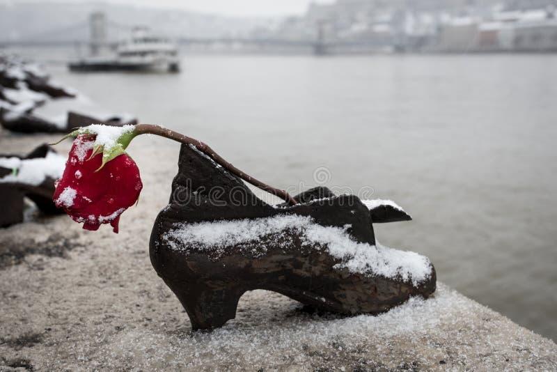 Scarpe sulla Banca di Danubio immagini stock libere da diritti