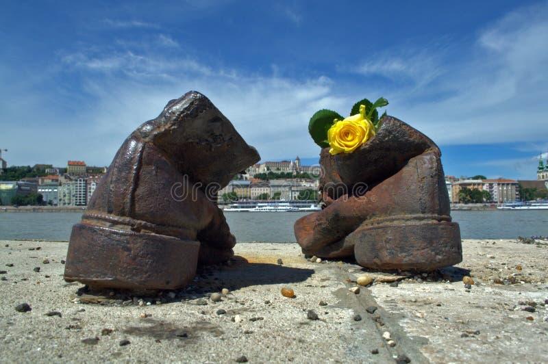 Scarpe sulla Passeggiata del Danubio Monumento all'Olocausto BudapestUngheria fotografia stock libera da diritti