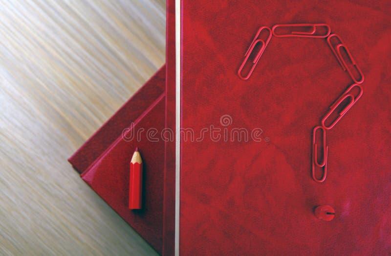 Scarpersvraagteken van het boekpotlood royalty-vrije stock afbeelding