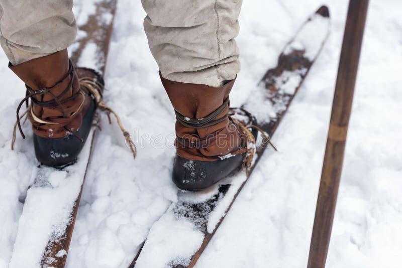 Scarponi da sci di cuoio d'annata, retrovisione Piedi maschii di sciatore antico immagini stock libere da diritti