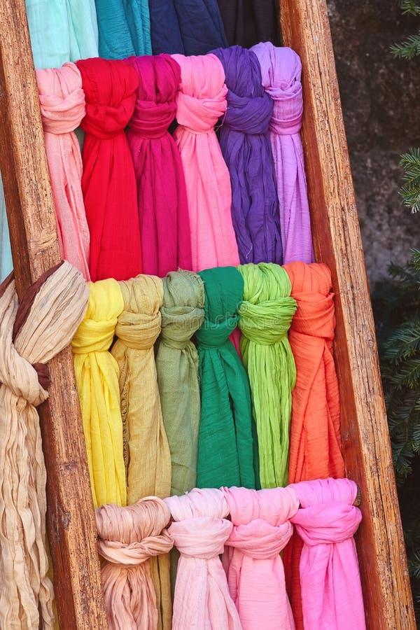 Scarves coloridos diferentes na rua foto de stock