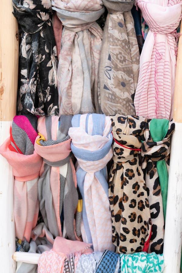 Scarves de seda coloridos do fundo do Foulard para a venda no mercado da loja da rua fotografia de stock royalty free