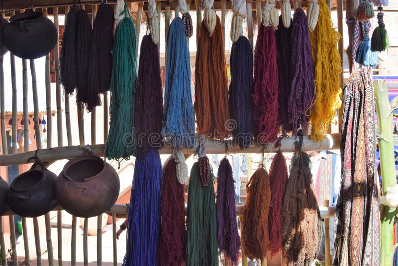 Scarves i housewares dla sprzedaży przy rynkiem w Cuzco, Peru zdjęcie stock