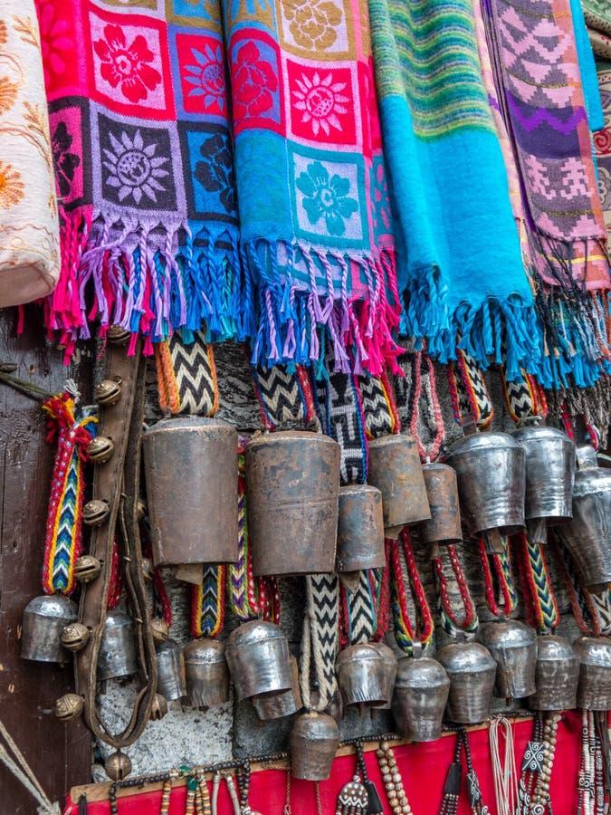 Scarves och Yak Klockor som visas på marknaden i Nepal royaltyfria bilder