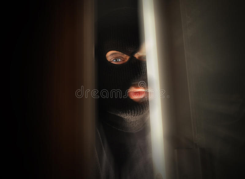 Scary διαρρήκτης που σπάζει στο εσωτερικό στοκ εικόνα