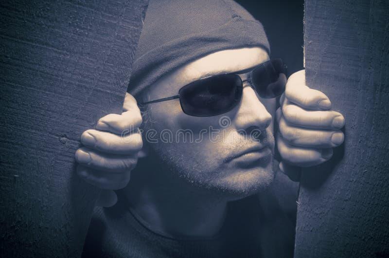 Scassinatore Breaking Into House Immagine elaborata incrocio per lo sguardo drammatico Intrusione del ladro in una casa fotografie stock libere da diritti