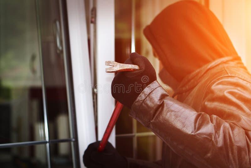 Scassinatore che irrompe una casa illustrazione di stock
