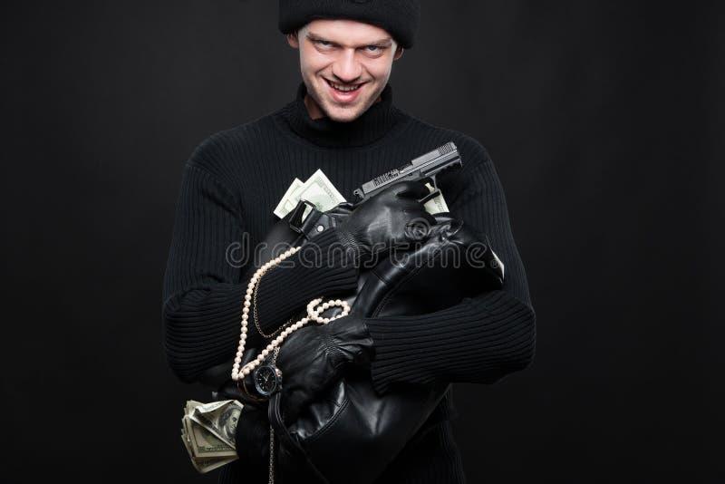 Scassinatore con le merci rubate. fotografie stock libere da diritti