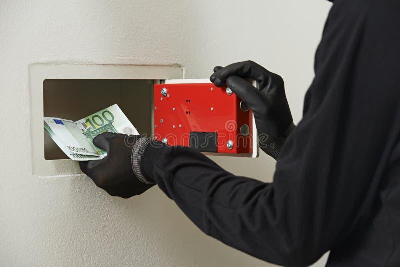 Scassinatore del ladro alla rottura sicura della casa fotografia stock