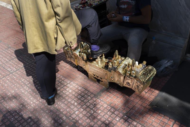 Scatola antica di lustro della scarpa del metallo brillante elaborato immagine stock