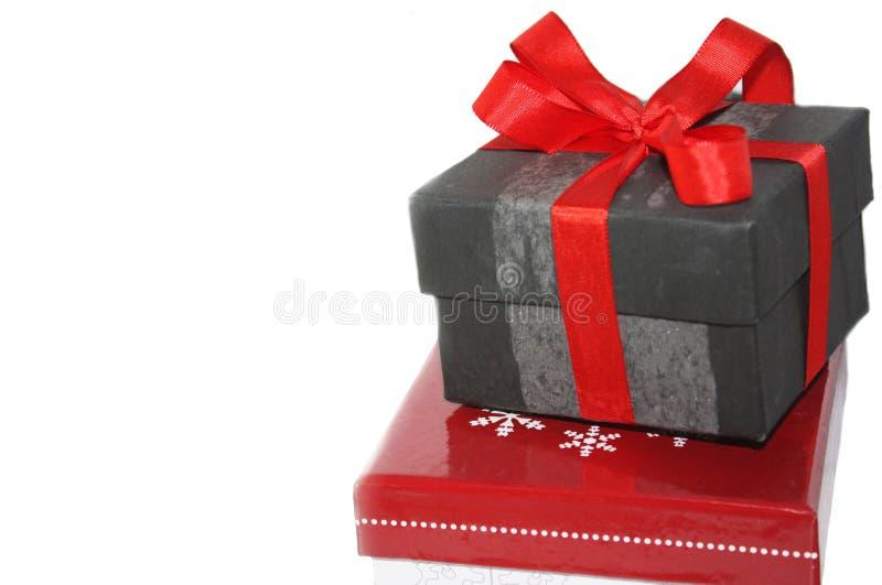 Scatola attuale con il nastro rosso ed arco, regalo di natale isolato su bianco fotografia stock