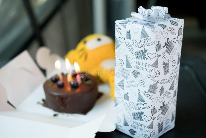 Scatola attuale con la torta di compleanno immagine stock libera da diritti