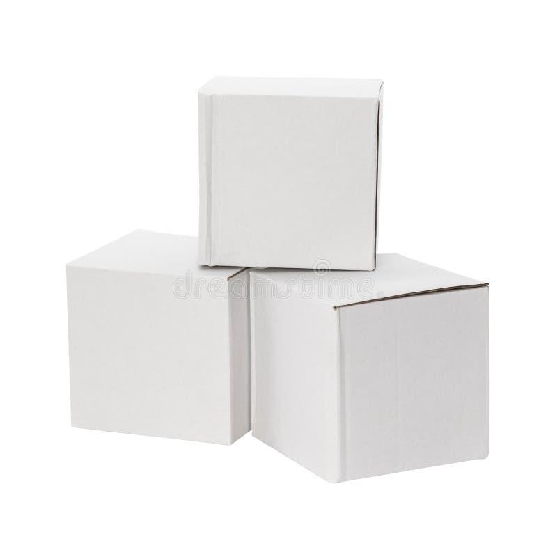 Scatola bianca isolata su fondo bianco Consegna del nemico del pacchetto del cartone o la vostra progettazione Percorsi di ritagl immagini stock