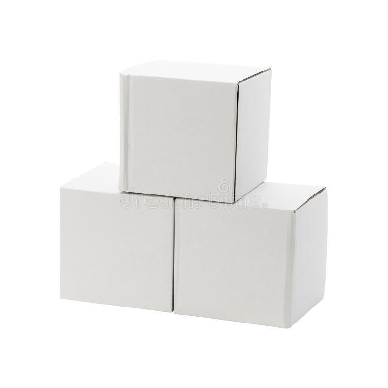 Scatola bianca isolata su fondo bianco Consegna del nemico del pacchetto del cartone o la vostra progettazione Percorsi di ritagl fotografia stock libera da diritti