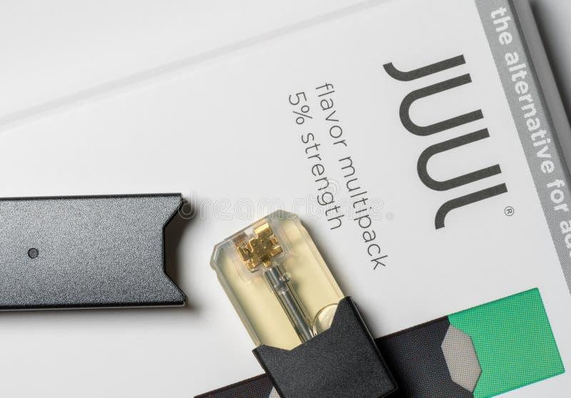 Scatola che tiene l'erogatore ed i baccelli del nicotina di JUUL immagini stock