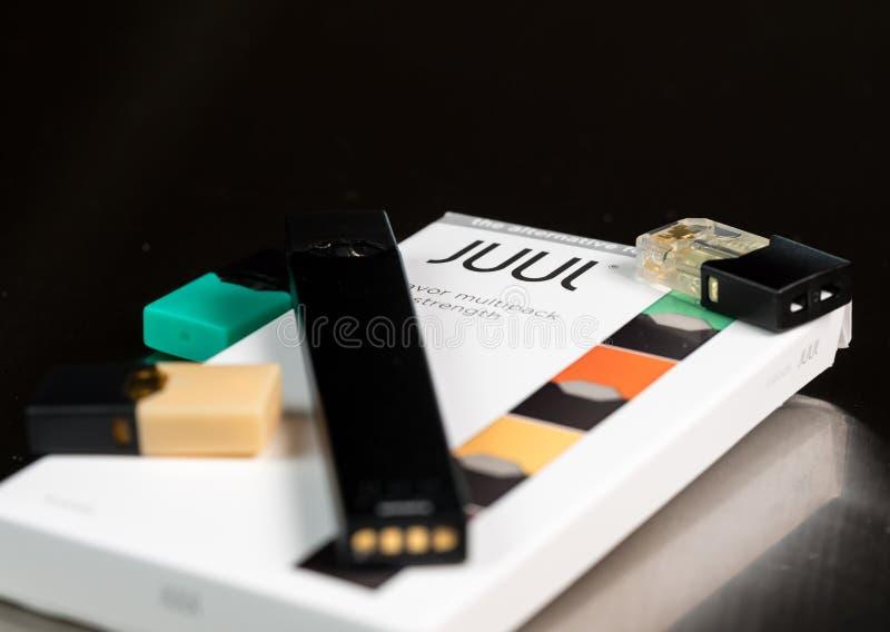 Scatola che tiene l'erogatore ed i baccelli del nicotina di JUUL fotografia stock