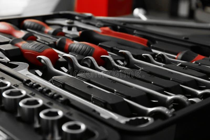 Scatola con gli utensili speciali nell'officina riparazioni dell'automobile fotografia stock