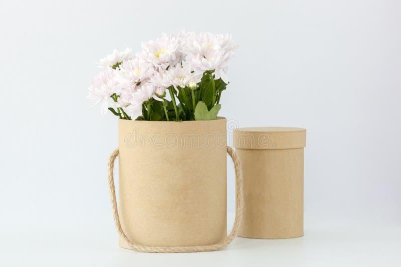 Scatola con i fiori bianchi fotografie stock libere da diritti