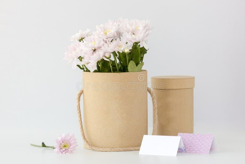 Scatola con i fiori bianchi immagine stock