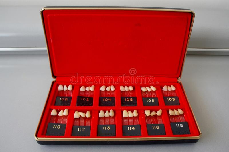 Scatola d'annata delle guide dentarie dell'ombra dei denti della porcellana fotografia stock libera da diritti