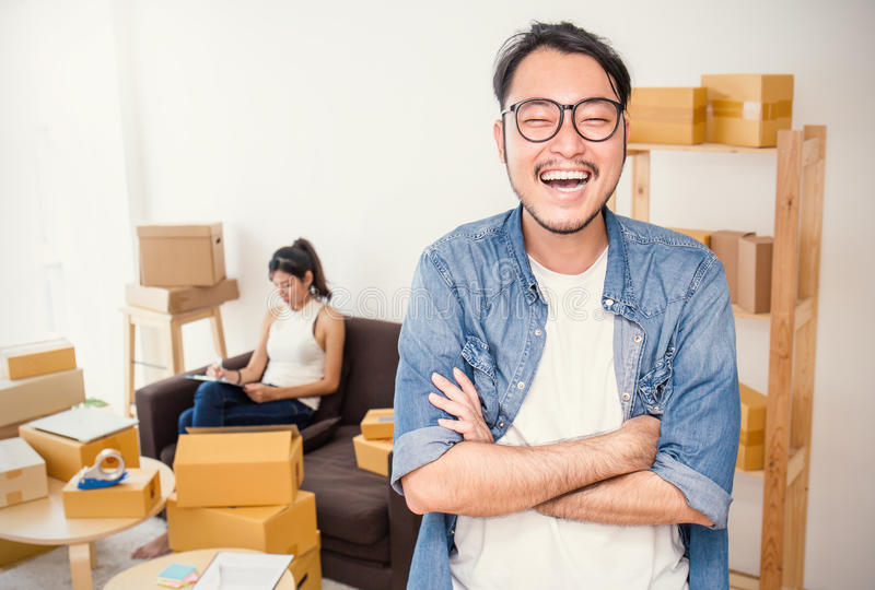 Scatola d'imballaggio di vendita online e consegna, concetto della PMI fotografie stock
