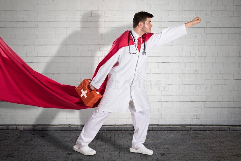 Scatola del dottore Carrying First Aid del supereroe fotografie stock libere da diritti