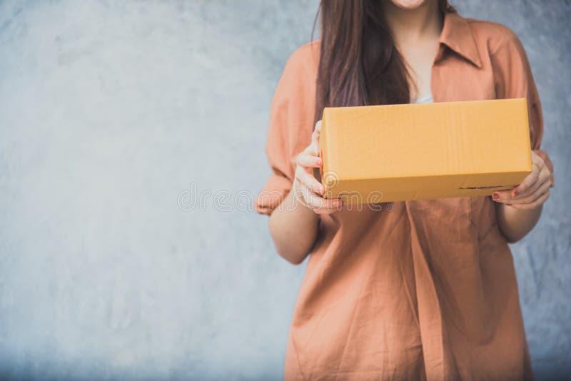 Scatola del pacchetto della tenuta della donna per la consegna al cliente dal Se logistico fotografia stock