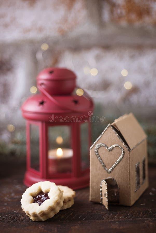 Scatola della casa di Natale con il biscotto fotografie stock