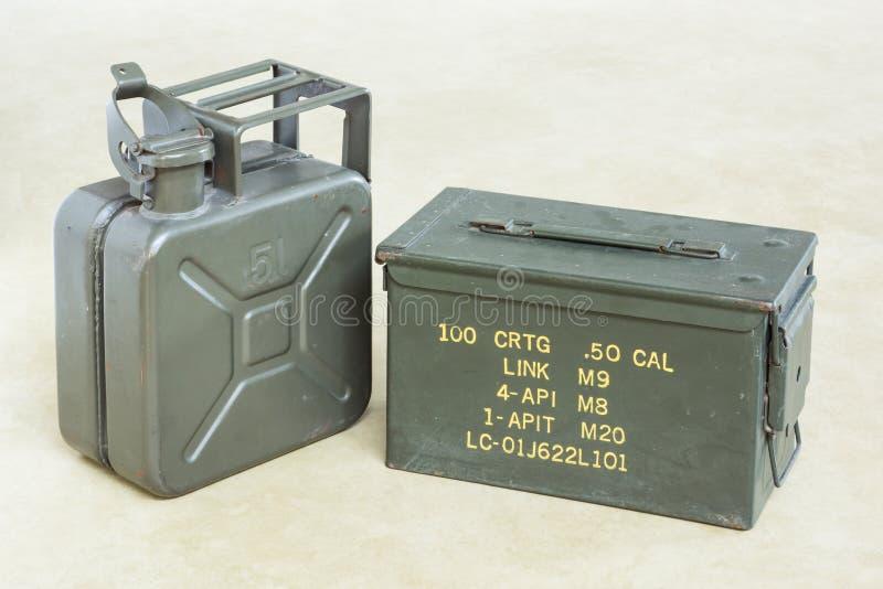 Scatola della pallottola con la tanica fotografie stock