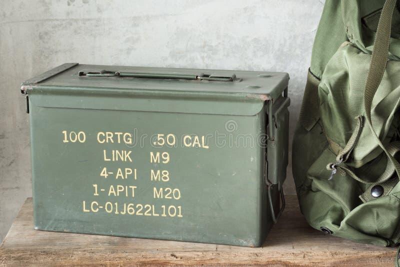 Scatola della pallottola con lo zaino fotografia stock