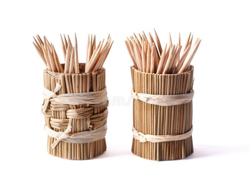 Scatola di bambù rotonda con gli stuzzicadenti su bianco fotografia stock libera da diritti