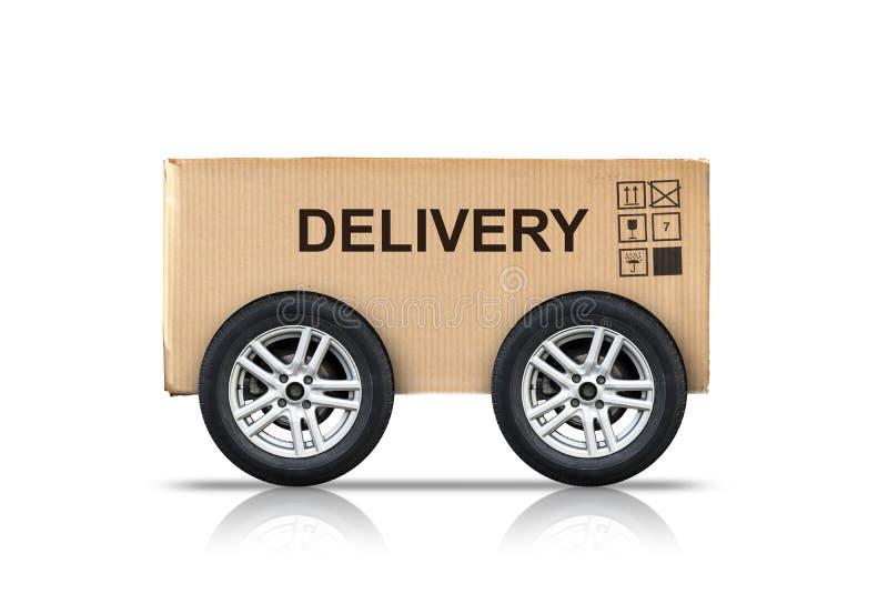 Scatola di cartone con i segni sulle ruote isolate su bianco immagine stock