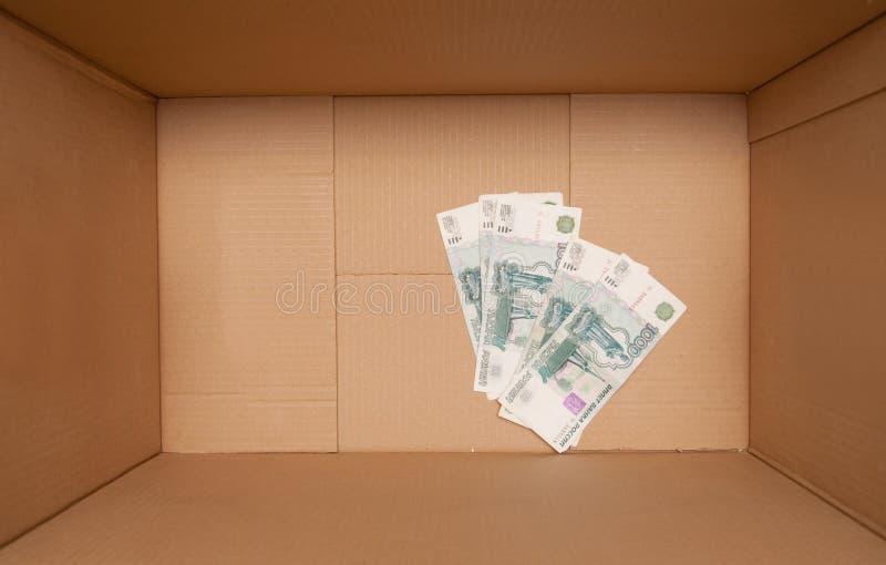 Scatola di cartone con soldi fotografie stock