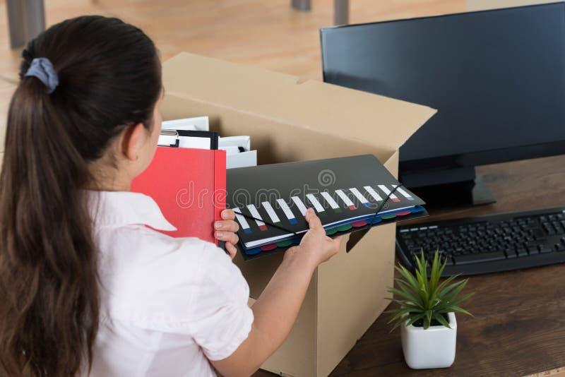 Scatola di cartone di Packing Belongings In della donna di affari immagine stock