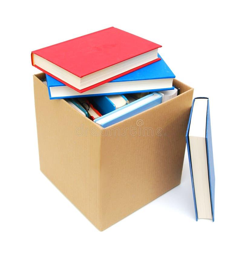 Scatola di cartone e libri fotografia stock libera da diritti