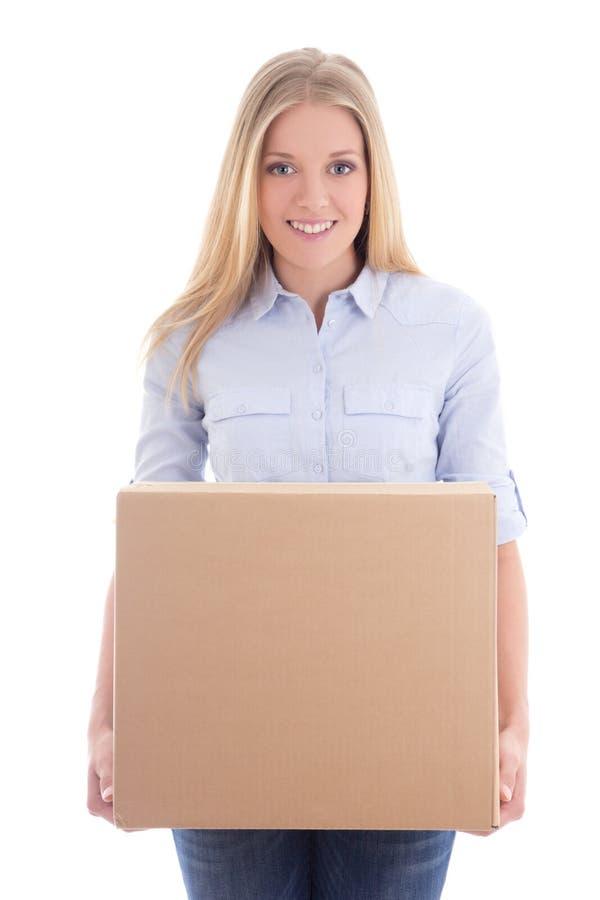 Scatola di cartone felice della tenuta della giovane donna isolata su bianco immagine stock libera da diritti