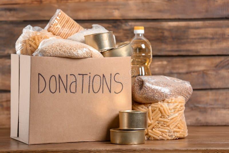 Scatola di donazione con alimento fotografie stock libere da diritti