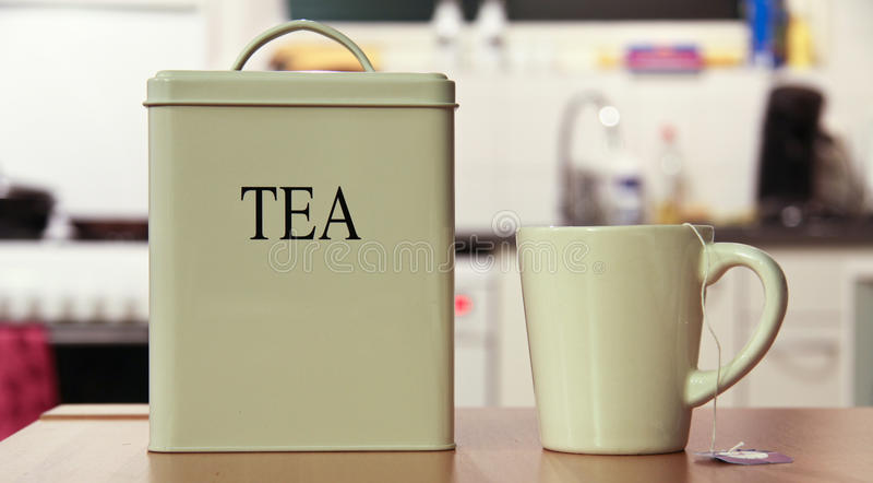 Scatola di e tazza il tè fotografia stock