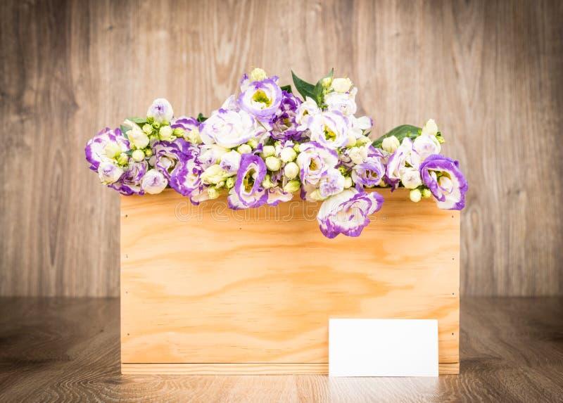 Scatola di fiori di eustoma su fondo di legno fotografia stock libera da diritti