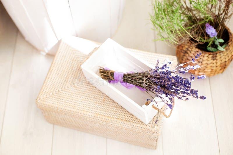 Scatola di legno bianca con i fiori della lavanda e l'arco viola, decorazione di nozze Lavanda montata sulla vendita in scatole d fotografia stock