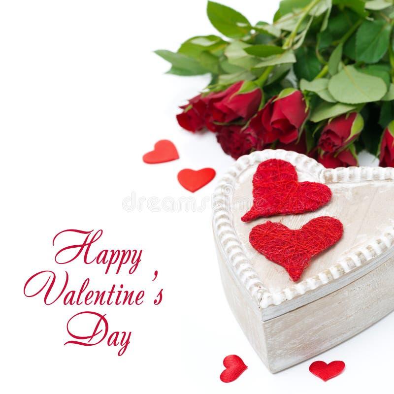 Scatola di legno con i cuori e le rose rossi per il San Valentino fotografie stock