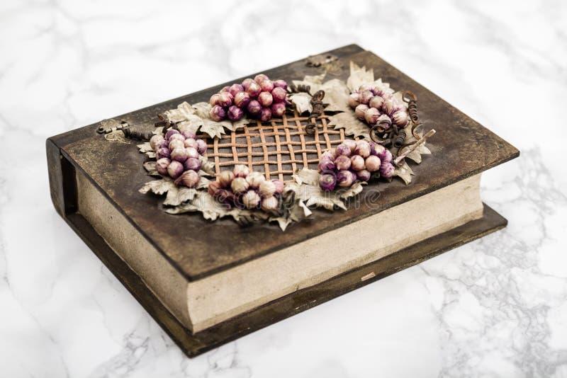 Scatola di legno con l'uva e le figure delle foglie immagini stock libere da diritti