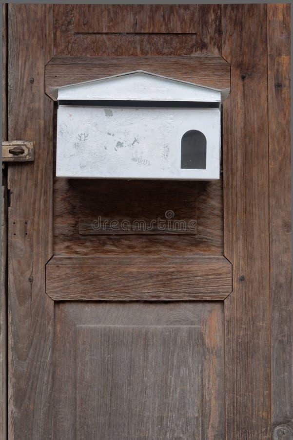 Scatola di lettera bianca su vecchio legno fotografia stock libera da diritti