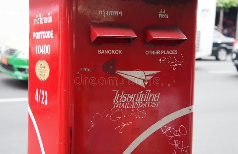 Scatola di lettera della posta della Tailandia lungo la via, la cassetta delle lettere rossa da inviare a Bangkok ed altri posti immagini stock libere da diritti