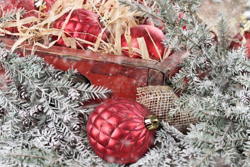Scatola di ornamenti di vetro rossi di Natale fotografia stock libera da diritti