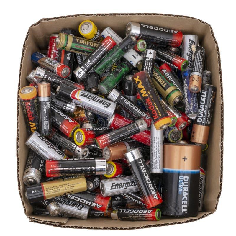 Scatola di piccole batterie a secco domestiche, vecchi rifiuti da riciclare Isolato su bianco alcalino Europa, dimensione BRITANN fotografia stock libera da diritti