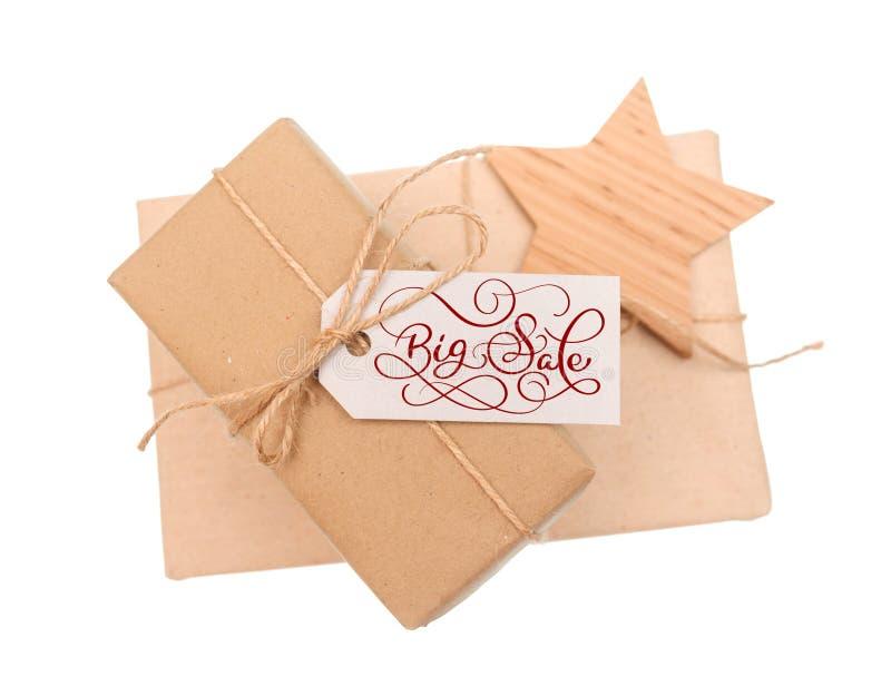 Scatola di regalo di carta kraft con la grande vendita dell'etichetta su fondo bianco immagini stock libere da diritti