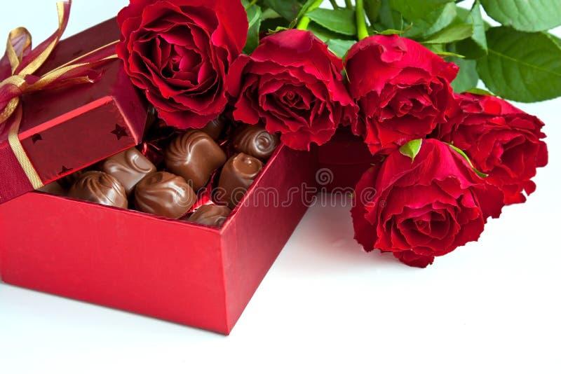 Scatola di regalo di tartufi di cioccolato con le rose rosse fotografia stock