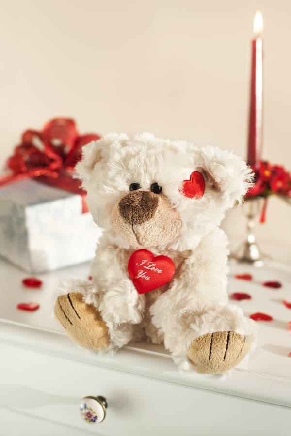 Scatola di regalo e dell'orsacchiotto immagini stock libere da diritti